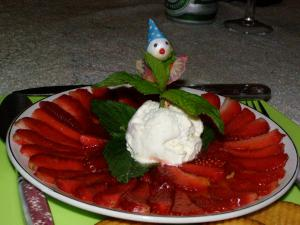 Carpaccio de fraises, glace au nougat