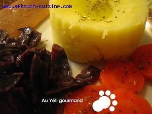 Filet de hareng, purée de pommes de terre et chou rouge