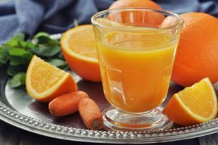 Jus frais de carottes et d'oranges