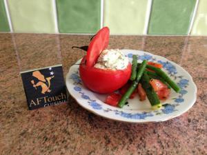 Tomates fourrées au chèvre frais et huile d'olive au basilic