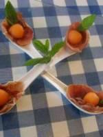 Billes  de melon dans un écrin de jambon crû