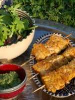 Brochettes de poisson au pesto de coriandre et au gomasio